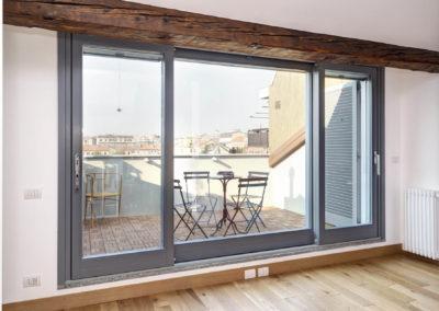 Milano: appartamento con terrazzino